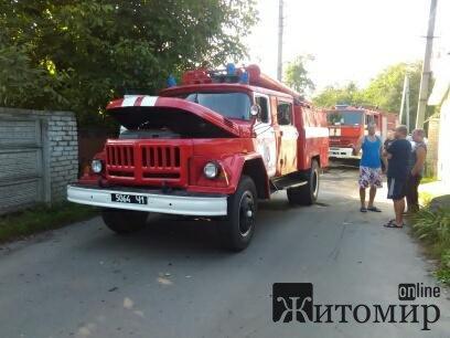 У Житомирі по вул. Селецькій палає будинок