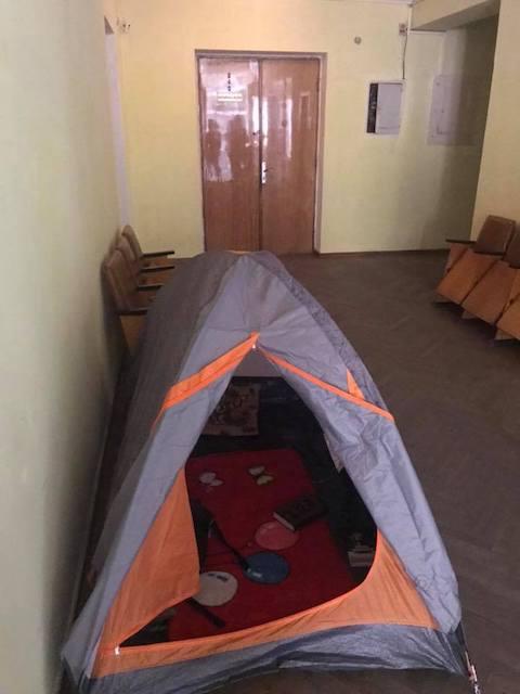 Житель Бердичева встановив палатку в холі міської ради. ФОТО