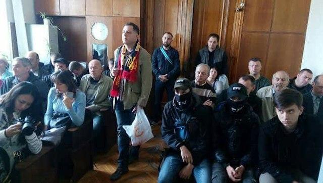 """""""Таким образом суд пытаются перевести в закрытый режим"""". Журналист Муравицкий рассказал подробности нападения националистов на своих адвокатов"""
