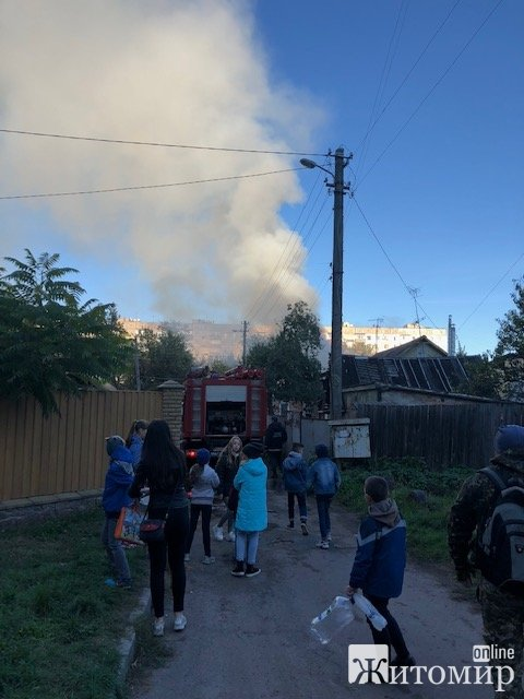 У Житомирі горить приватний будинок. ФОТО. ВІДЕО