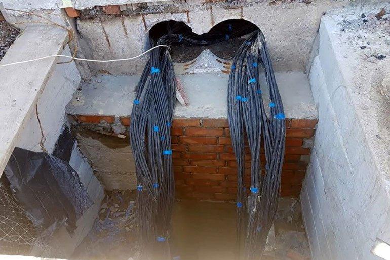 """На стадіоні """"Полісся"""" влаштовують силові кабелі для підключення підігріву поля"""