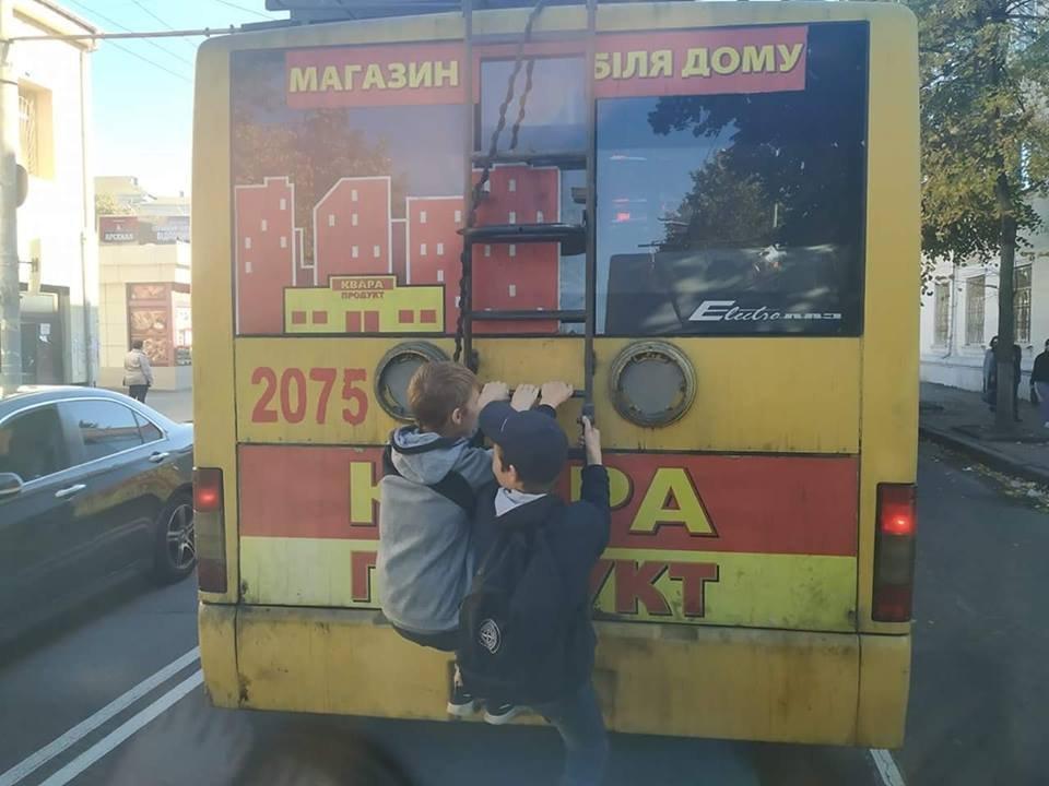 """У Житомирі діти проїхали """"зайцями"""" причепившись до тролейбуса"""
