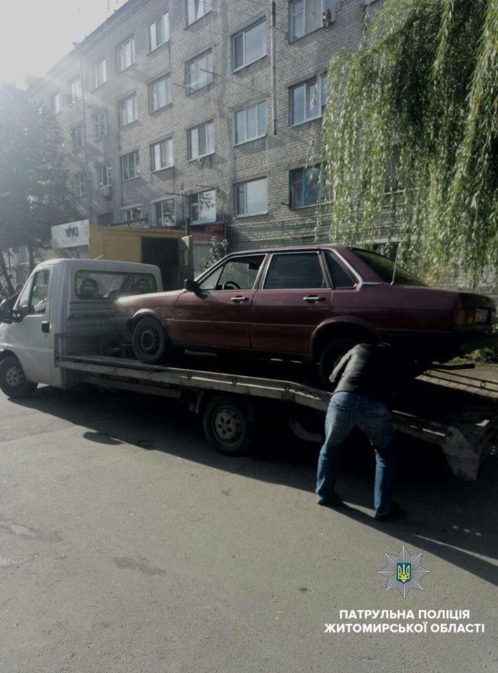 У Житомирі евакуювали авто, які були припарковані з порушеннями