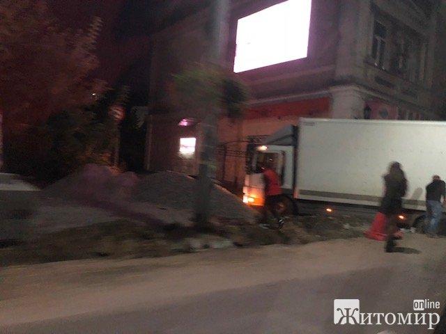 У центрі Житомира провалилась вантажівка. ФОТО