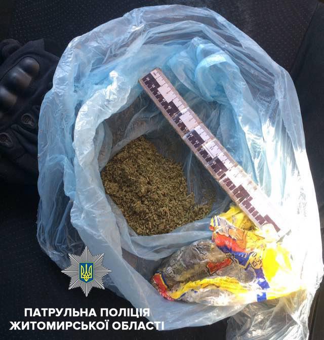 У Житомирі у перехожого вилучили пакунок з норкотичною речовиною. ФОТО
