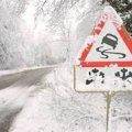 Дорожники попереджають водіїв про дощ з мокрим снігом на житомирських дорогах
