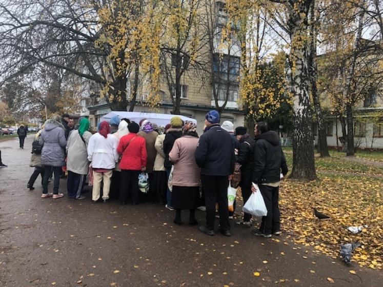 У Житомирі в сквері на вулиці Лятошинського роздають їжу людям без постійного місця проживання та пенсіонерам. ФОТО