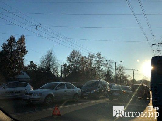 У Житомирі трапилася ДТП на київському мосту на пішохідному переході. ФОТО