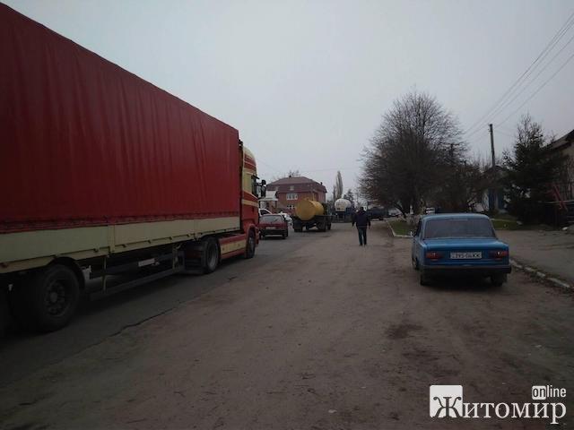 Мешканці Корнинської громади третю добу блокують дорогу в Корнині через жахливий стан доріг. ФОТО. ВІДЕО