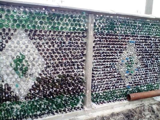 Житель Житомирщини збудував паркан з пляшок. ФОТО