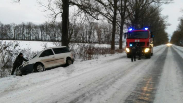 В Ружинському районі через ожеледицю автівка з людьми злетіла в кювет