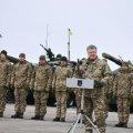 В Озерному на Житомирщині Президент Порошенко передає техніку військовим