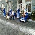 В Житомирі на вулиці Михайлівській містян розважає оркестр Дідів Морозів.ФОТО