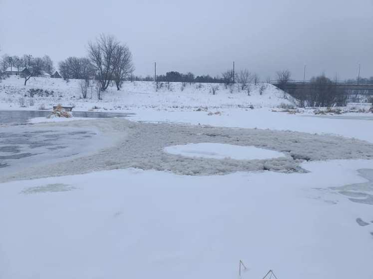 На Хмельниччині підприємство целюлозно-паперової промисловості здійснює викиди в річку.ФОТО