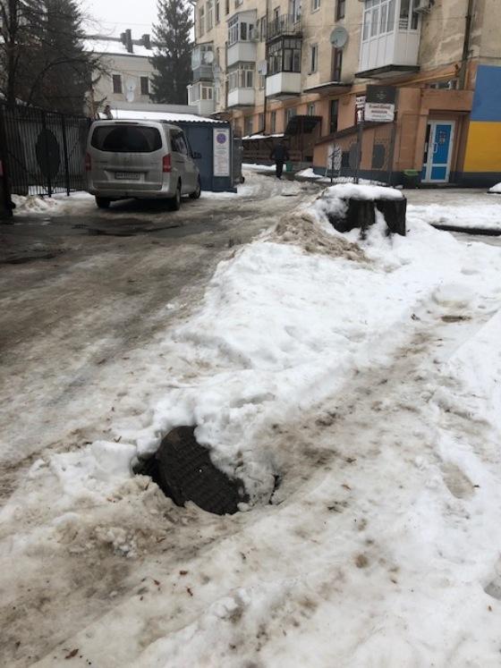 В Житомирі на вулиці Великій Бердичівській вікрийтий люк. ФОТО