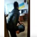Житомиряни, обурені ожеледицею і травматизмом на вулицях міста, висипали у кабінеті Дмитра Ткачука відро піску. ВІДЕО