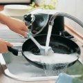 Чому ніколи не можна мити посуд в гостях