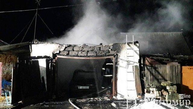 На Житомирщині в приватному гаражі вщент згорів автомобіль. ФОТО