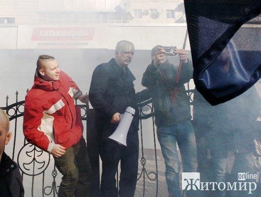 Три сотни молодых людей под предводительством Дмитрия Корчинского штурмовали Житомирской облсовет