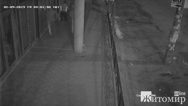 Допоможіть знайти розбійників, які вночі у Житомирі побили павільйон. ФОТО
