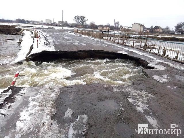 Вода змила тимчасовий міст на об'їзній дорозі Радомишля. ВІДЕО. ФОТО