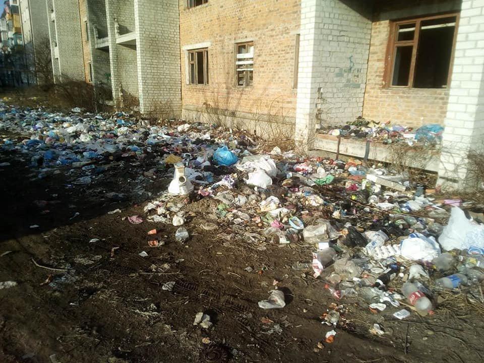 Одна з вулиць Коростеня перетворюється на справжнє сміттєзвалище. ФОТО