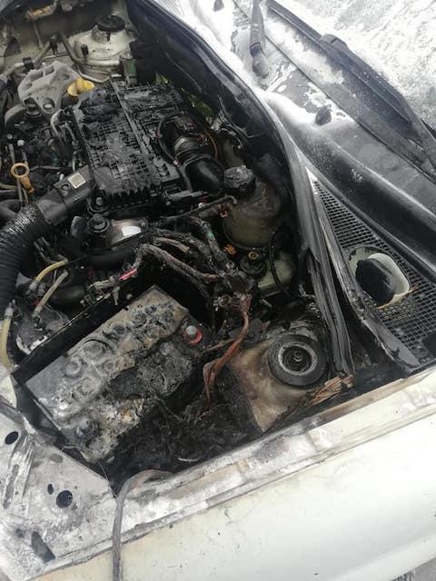 """На парковці біля """"Глобалу"""" загорілось авто. ФОТО"""