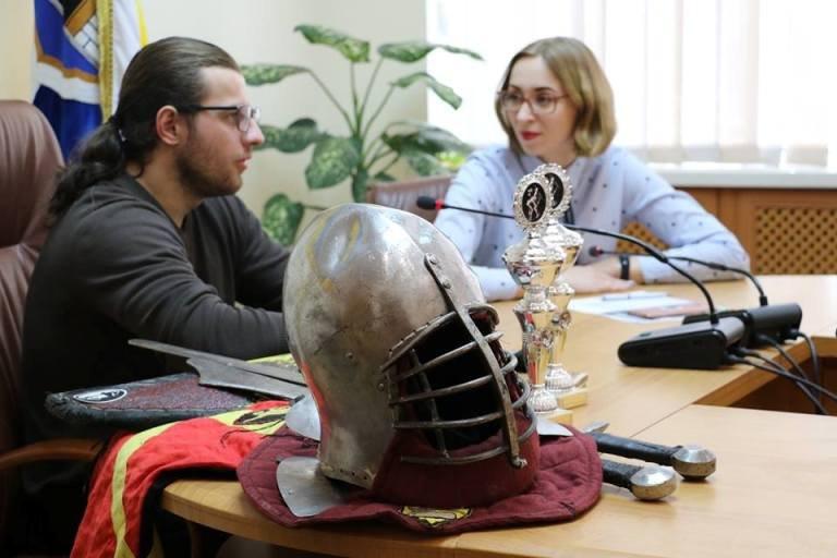 У міськраді відбулася зустріч із спортсменом з середньовічного бою. ФОТО