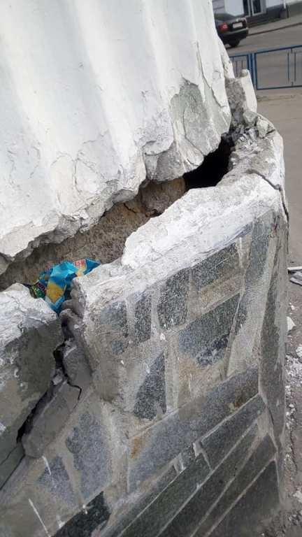 В самому центрі Житомира знаходиться будівля, шматки якої в будь-який момент можуть впасти на перехожих. ФОТО