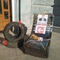 Символ бездоріжжя сьогодні перемістився з проблемних доріг до дверей міської ради Житомира. ФОТО