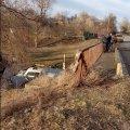 У селі поблизу Житомира ВАЗ злетів з мосту, зніс газову трубу і впав у річку. ВІДЕО