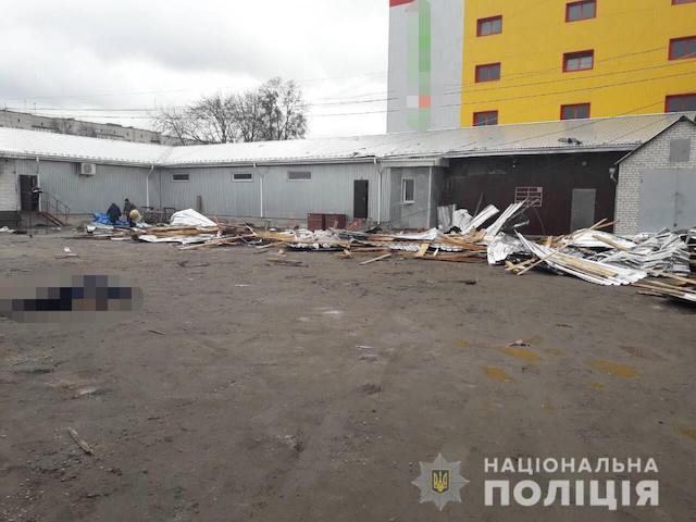 В Коростишеві через негоду загинула жінка, на яку відлетіла частина покрівлі торгівельного об'єкту