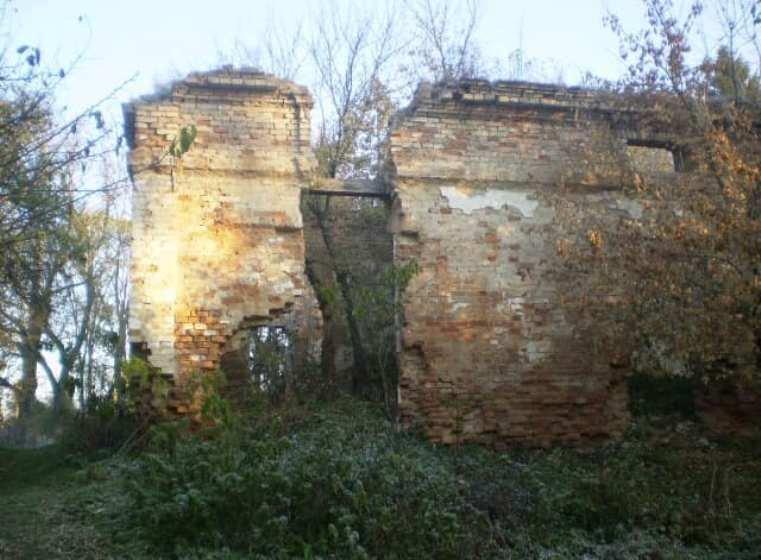 Залишки величної мурованої садиби в Любарському районі. ФОТО