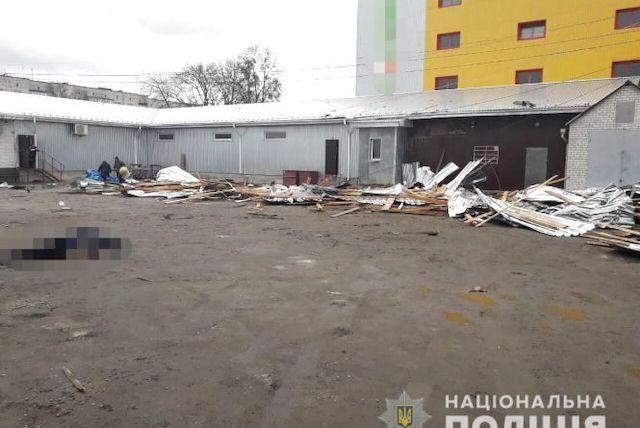 Відео з місця трагедії у Коростишеві, де під час негоди дахом, що злетів з магазину, вбило жінку. ВІДЕО