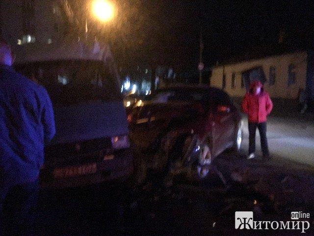 Аварія у нічному Житомирі. ФОТО