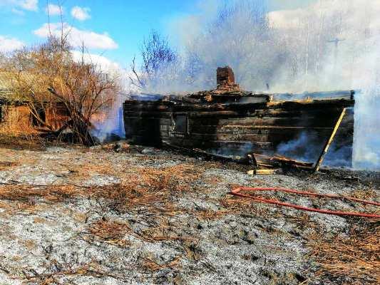 На Житомирщині вогнеборці ліквідували пожежу хати-пустки, що загорілась від палаючого сухостою
