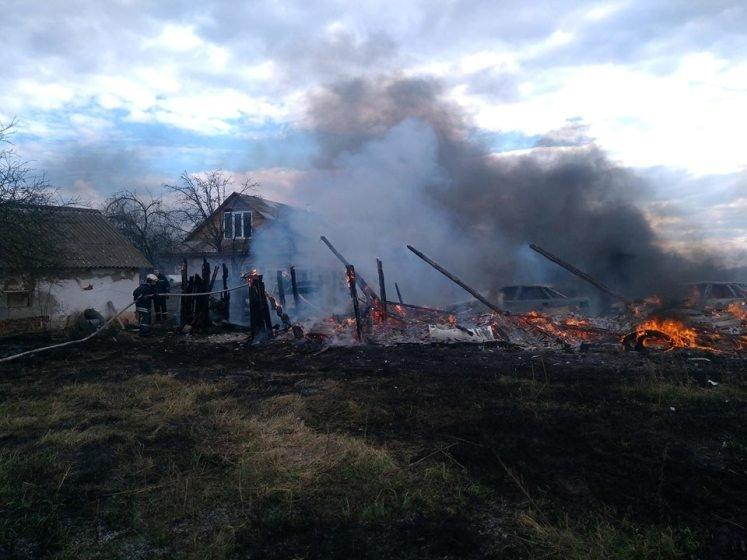 На Житомирщині через спалювання сухої трави згоріло два автомобіля та господарча будівля. ФОТО