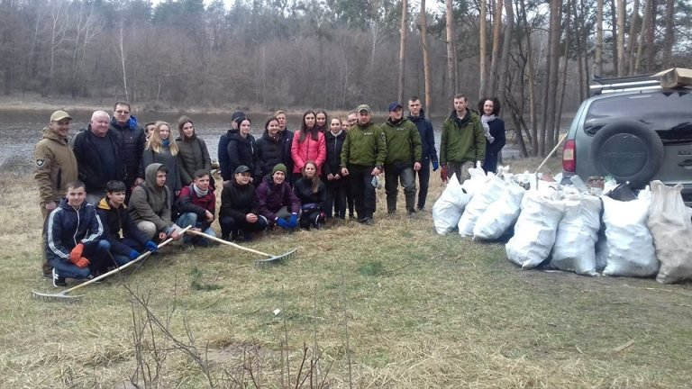 Як в Житомирі студенти з рибоохоронцями водойми прибирали. ФОТО