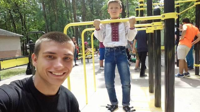 На Житомирщині здоровий спосіб життя серед молоді пропагує поліцейський-турникмен. ФОТО