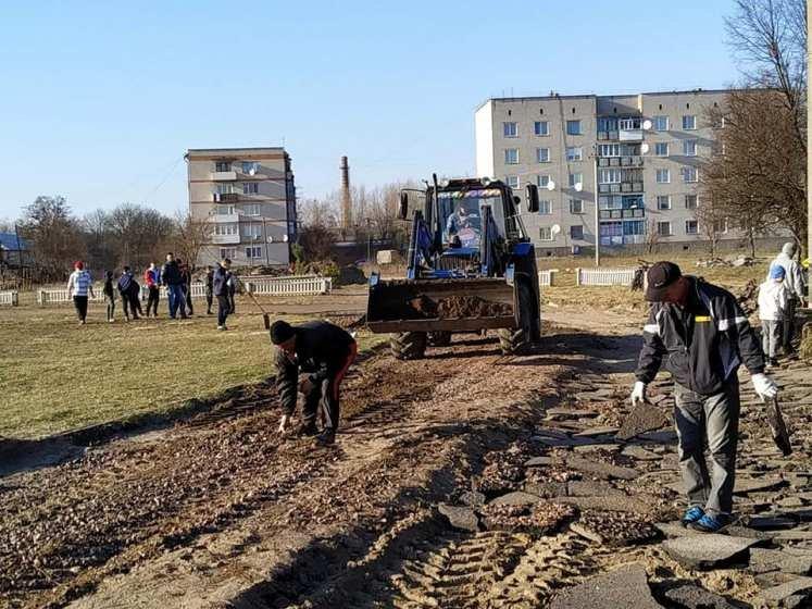 Як в Новій Боровій облаштовували футбольне поле. ФОТО