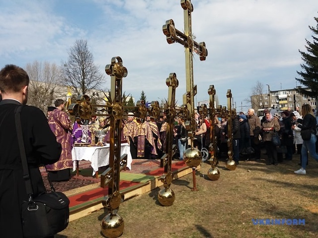 У Житомирі митрополит Епіфаній освятив накупольні хрести кафедрального храму. ФОТО