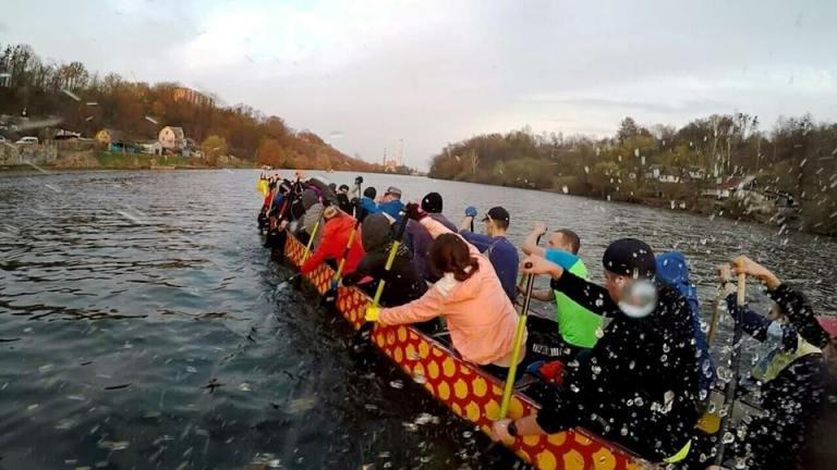 """У Житомирі всіх охочих запрошують на тренування з веслування на човнах """"Дракон"""". ФОТО"""