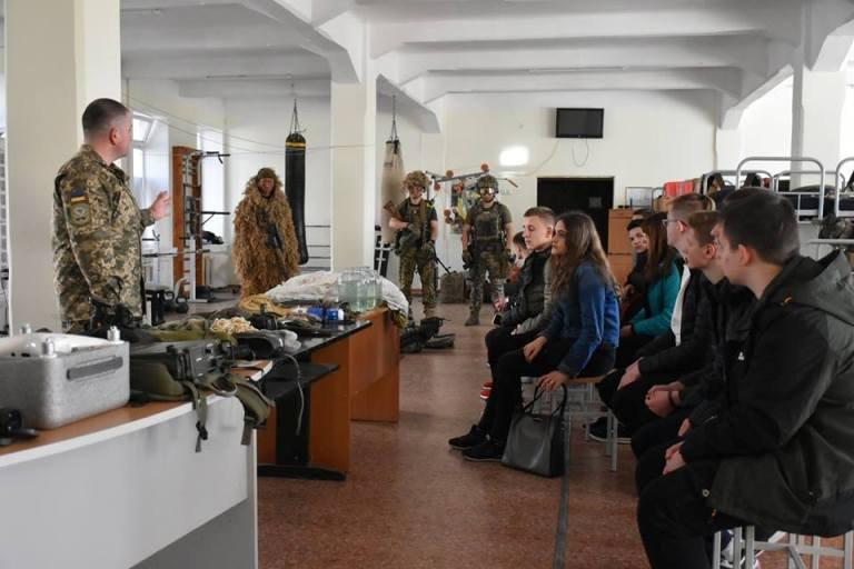 Юнаки та дівчата з шкіл Житомира ближче познайомилися з життям десантників. ФОТО
