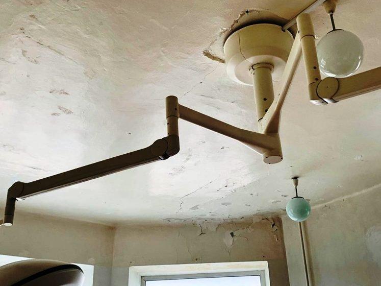 Полущена стеля та грибок на стінах: Як виглядає хірургічне відділення в Коростені. ФОТО