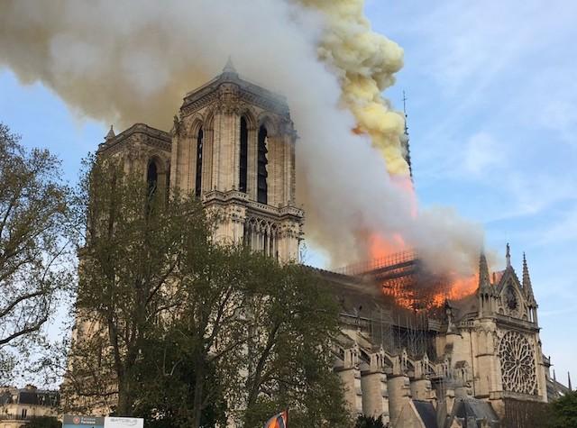 В столице Франции горит Собор Парижской Богоматери. Похоже, сгорит полностью. ФОТО. ВИДЕО