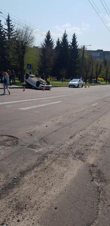 На Польовій автівка потрапила в ДТП та перевернулася на дах. ФОТО