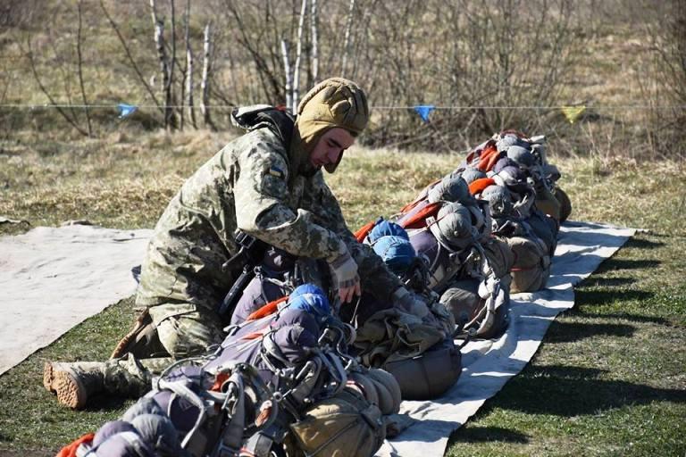 На Житомирщині десантники виконують програму стрибків з парашутом