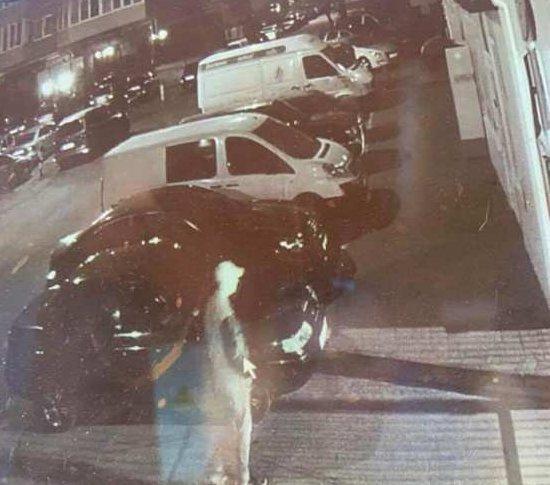 У Житомирі розшукують злочинця, який вночі вкрав ноутбук з автівки
