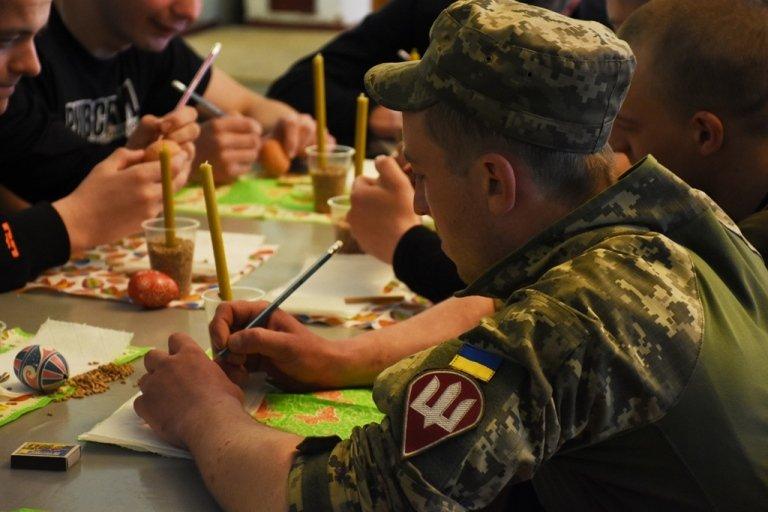 У Житомирі для військових у шпиталі провели майстер-клас з розпису писанки
