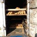 Стара полущена машина та хліб майже на підлозі: Як в Житомирі перевозять свіжу випічку